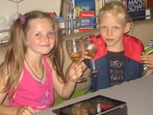 die Mädchen feiern die gelungene Überfahrt
